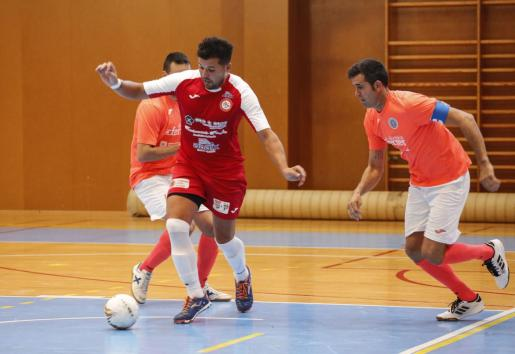 EIVISSA. FUTBOL SALA. Tercera División. PARTIDO ADAIX S. CARLES, 3- MURO, 13. Fernando, del Sant Carles, conduce la pelota ante un jugador rival.