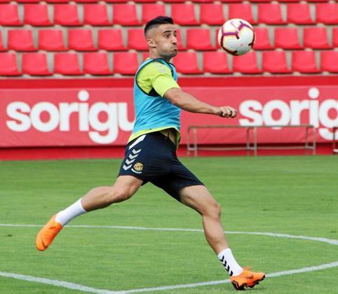 Omar Perdomo conduce la pelota durante un partido entre el Tenerife y el Alcorcón.