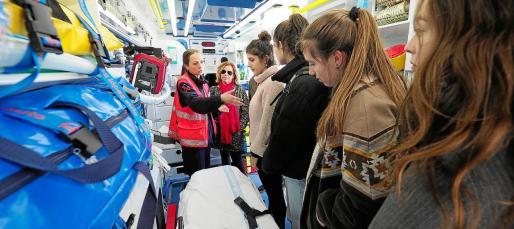 El equipo de emergencias del 061 explicó a los estudiantes cuál es su trabajo diario.