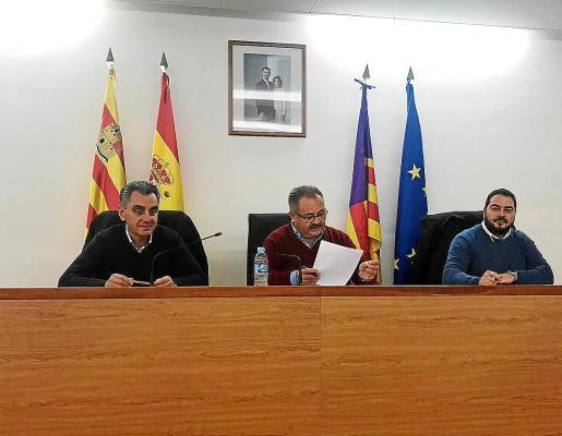 Andreu Roig, Antoni Marí y Santi Marí, ayer en el pleno de Sant Joan.