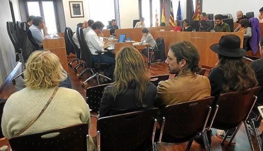 Intervención de la concejala de Recursos Humanos ante el público presente en el pleno de ayer.