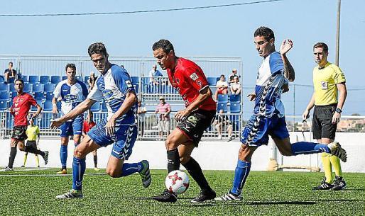 Dailos toca el balón en un partido de su etapa en el Formentera