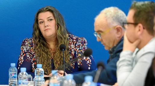 Cristina Ribas mira a su excompañero Joan Torres, portavoz del PI, durante el pleno del pasado jueves.