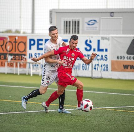 Ramos y Rosa en un lance del encuentro de la primera vuelta entre la Peña y el CD Ibiza.