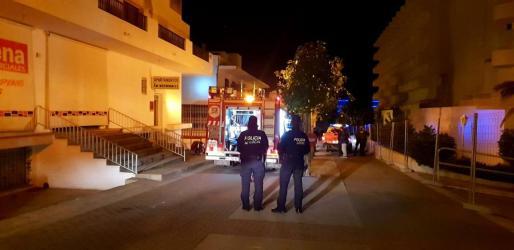Los bomberos, en plena intervención en Cala de Bou.