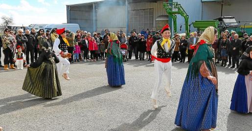 Centenares de personas acudieron a presenciar la inauguración de la feria a cargo de Sa Colla de Sant Rafel.