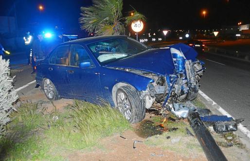 Estado en el que acabó el coche de un conductor que dio positivo el sábado tras chocar contra un árbol y una farola.