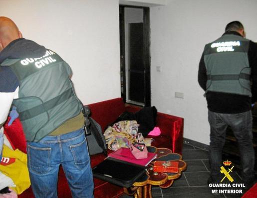 Guardias civiles durante el registro de la casa de uno de los detenidos por el robo de una casa en es Codolar.
