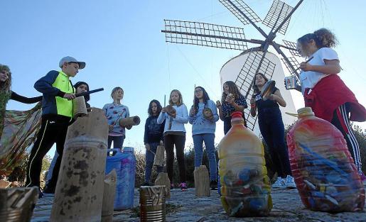 Los alumnos tocando los instrumentos reciclados.