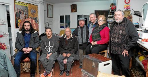 Integrantes del grupo reunidos en la tienda de comestibles de Vicent Serra.