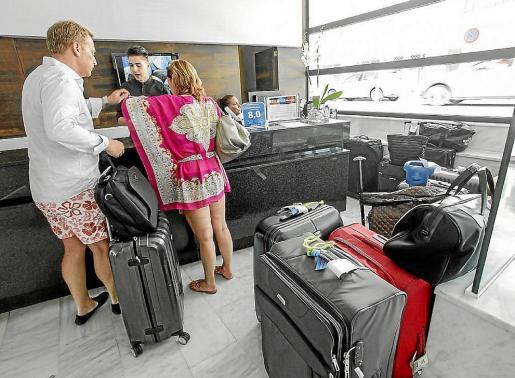 Imagen de archivo de turistas pagando la ecotasa a su entrada a un hotel de Ibiza.