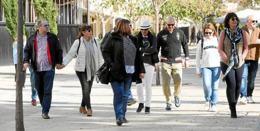 Turistas paseando por Vara de Rey el pasado puente de la Constitución.