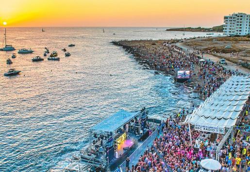 Miles de personas acuden al Café Mambo cada día de verano para ver la puesta de sol en ses Variades.