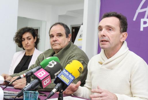 Los diputados de Podemos Marta Maicas, Aitor Morrás y Salvador Aguilera en una rueda de prensa en la sede de Podemos Ibiza.