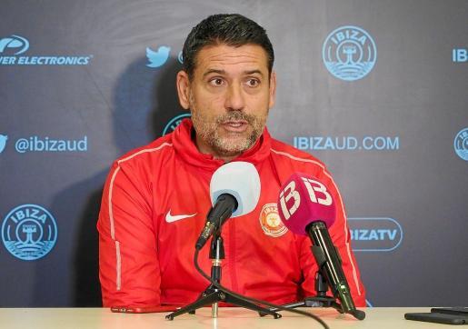 Andrés Palop, entrenador de la UD Ibiza, atiende a los medios de comunicación en la sala de prensa del estadio de Can Misses.