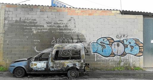 Incendio en Can Bufí. Ayer por la mañana se desencadenó un incendio en un vehículo que estaba estacionado en el polígono de Can Bufí. Hasta el lugar se movilizaron los Bomberos y la Policía Local de Vila. El vehículo quedó siniestro total.
