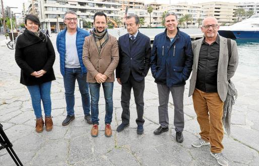 Elena López, Alfonso Rojo, Rafa Ruiz, Joan Gual de Torrella, Ramón Díaz y Joan Ribas en la fachada marítima.