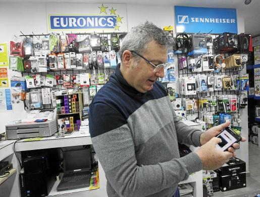 Gustavo Peñalver muestra el grupo de 'whatsapp' con el que se avisan de la presencia de ladrones entre los comerciantes.