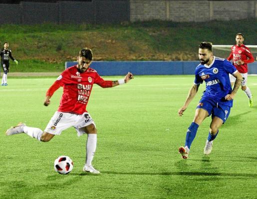 Terán se dispone a golpear el balón ante la oposición de un jugador suizo.