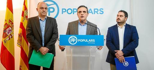 Desde la izquierda: Vicent Marí, alcalde de Santa Eulària, José Vicente Marí Bosó, diputado, y Santiago Marí, senador durante una rueda de prensa.