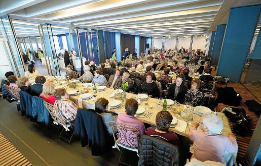 La jornada festiva para los mayores incluyó una misa en la capilla de Lourdes, seguida de una comida de hermandad en el Palau de Congressos.