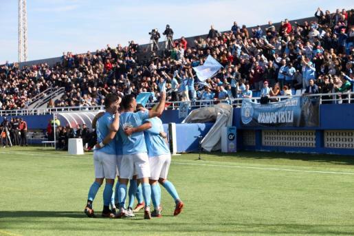 Los jugadores de la UD Ibiza celebran el gol de Rodado.