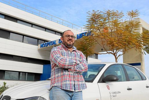 El médico Mario García Lezcano, junto al coche de la UHD.