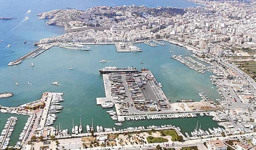 Vista aérea de la ciudad de Ibiza y su bahía.
