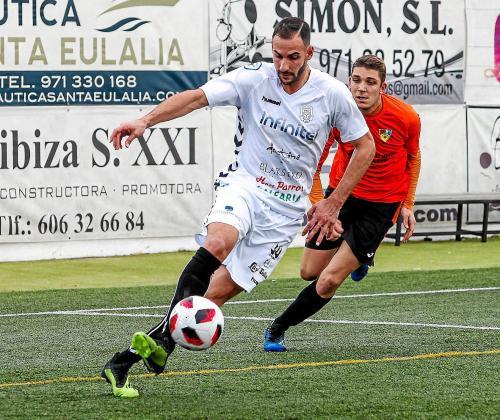 El peñista Jaume Vidal golpea el balón ante la mirada de un defensor del Murense