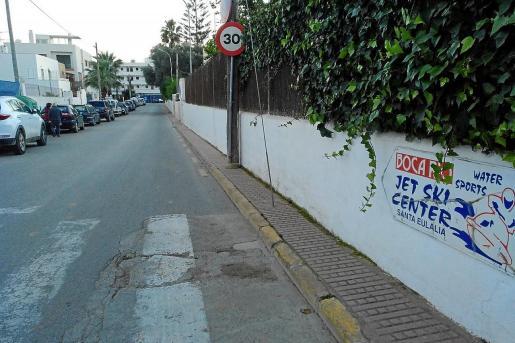 La ampliación de las aceras de la calle es una demanda de los vecinos del barrio.