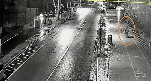 Fotograma de uno de los sospechosos empujando un carro con un bulto misterioso.