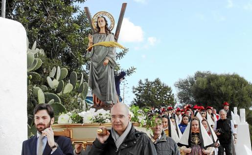 En la misa y en la procesión participaron personas de todas las edades.