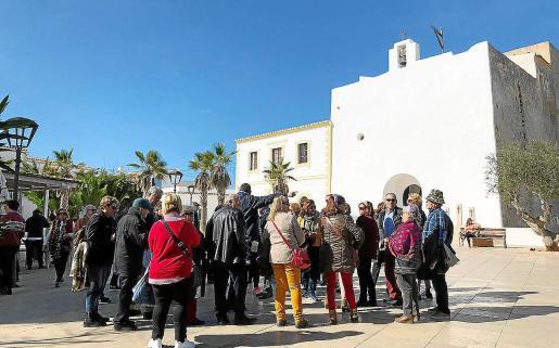 Los turistas de la tercera edad aprovechan al máximo su estancia en Formentera visitando lugares tan míticos como ses Illetes, el faro de la Mola o el núcleo histórico de Sant Francesc.