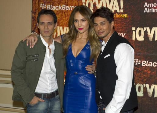 Marc Anthony, Jennifer López, y Jamie King posan juntos tras participar en en un programa de televisión.