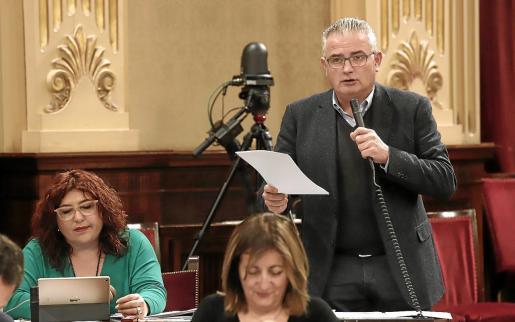 Jaume Font leyó publicaciones de la prensa para recordarle a Armengol sus palabras. Foto: JAUME MOREY