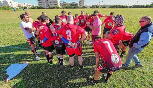 Los jugadores del Ibiza Rugby escuchan las indicaciones de su entrenador durante el partido contra el Shamrock.