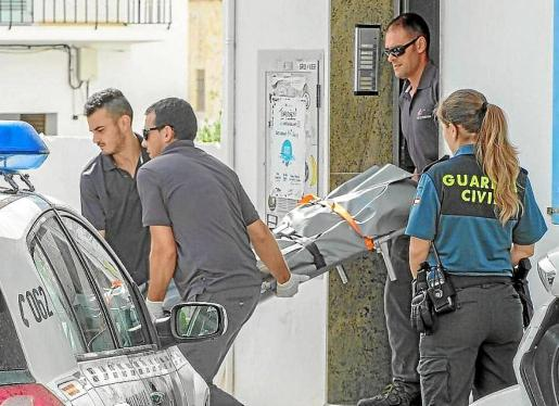 Operarios de Pompas trasladan el cuerpo de un joven británico muerto a puñetazos en Sant Antoni.
