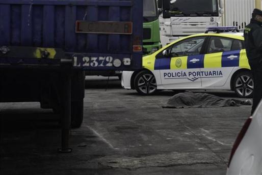 Un niño migrante muere aplastado por un camión en los muelles del Puerto de Ceuta.