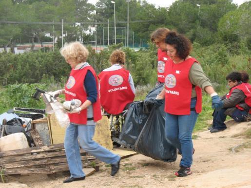 Voluntarias limpian sa Talaia de Sant Antoni durante la edición anterior.