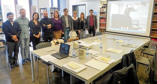 Imagen de archivo de la consellera Fanny Tur, en el centro del grupo, en la Junta interinsular de archivos