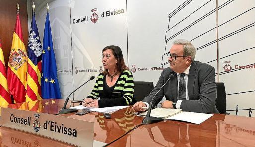 Francina Armengol, presidenta del Govern y Vicent Torres, presidente del Consell, durante la rueda de prensa.