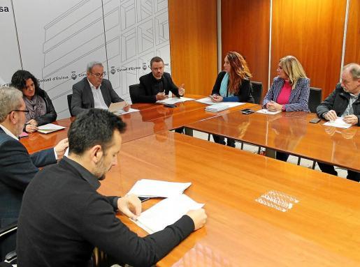 Miembros del equipo de gobierno del Consell, de la oposición y Rafa Ruiz, alcalde de Vila, durante el acto de ayer.