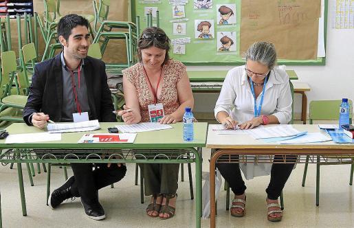 Mesa en un colegio electoral de Balears durante unas pasadas elecciones.