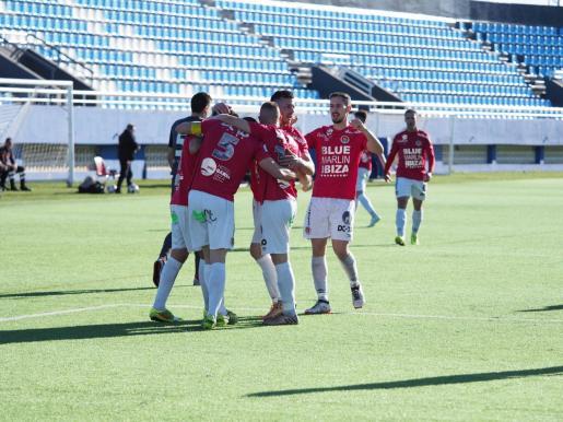 Los jugadores del CD Ibiza celebran el primer gol, obra de Pau Pomar.