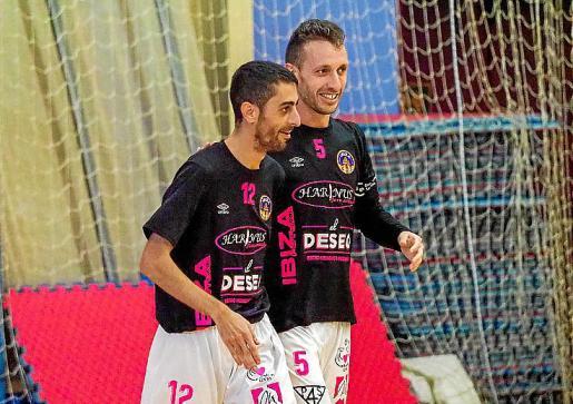 Kike Hinojosa y Yuyu celebran un gol.