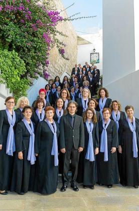 El Cor Ciutat d'Eivissa está compuesto actualmente por unos 70 cantantes.