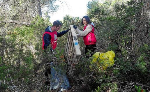 Los voluntarios participaron «con ánimo y contentos» del resultado, pero se quiso dar un toque a la conciencia de la gente que usa el monte como vertedero.