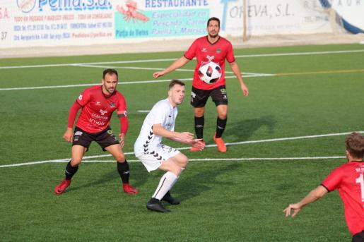 El peñista Nacho espera el balón bajo la vigilancia de Bonilla, capitán del Formentera.