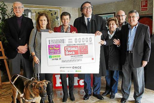 Pedro Comas, Mª del Carmen Soler con 'Quely', Carmen Serra, Josep Vilaseca, Margalida Magraner, Juan José Villalonga y Luis Anaya.