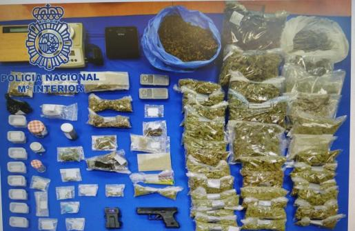 La Policía Nacional desarticula un punto de venta de hachís y marihuana en Ibiza.